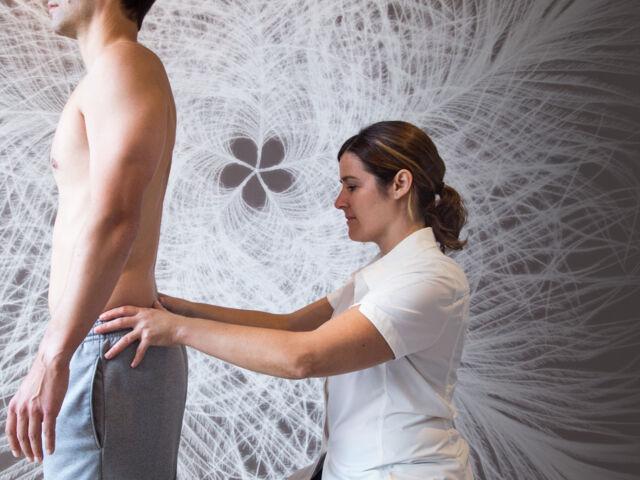 Chiropraticienne offrant un traitement contre les douleurs lombaire et lombalgies